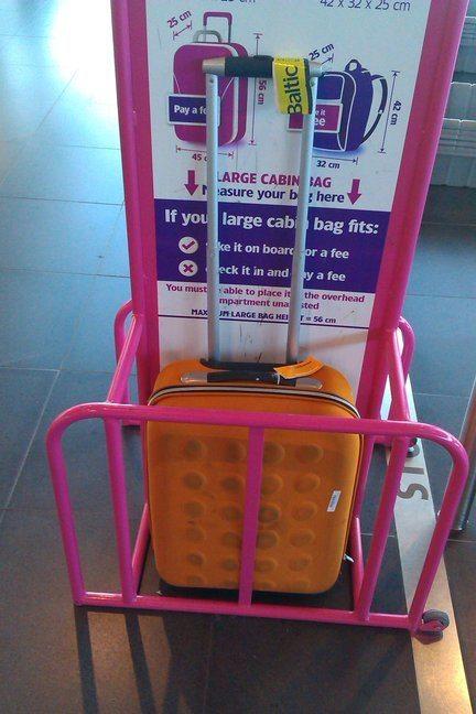 """7e0439d2c7383 ... na ľavo vidíme rozmery pre """"large cabin bag"""" a na pravo """"small cabin  bag"""" pre porovnanie. Naštastie tieto dva druhy príručnej batožiny má iba  WizzAir."""