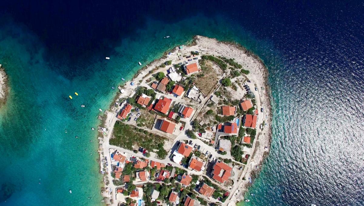 Najkrajšie pláže v Chorvátsku sú naozaj najkrajšie. Nepoznám inú krajinu v Európe, ktorá má tak ktásne pláže. Či už piesočnaté alebo kamenisté. Spísal som 9 najkrajších pláží v Chorvátsku, ktoré by si mal navštíviť toto leto.