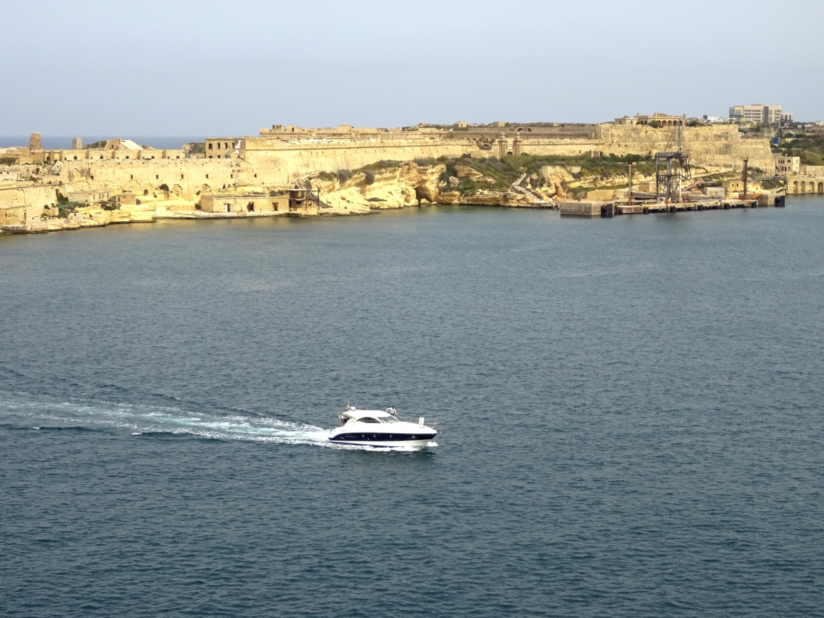 Čo vidieť vo Vallette na Malte? Mesto, ktoré zvládneš raz-dva. Spísal som ti zoznam vecí kam ísť a kde sa dobre najesť. Valletta je hlavné mesto Malty, ktoré je jedno z najmenších, aké som kedysi navštívil. Má divokú históriu, ktorú tu uvidíš na každom rohu.