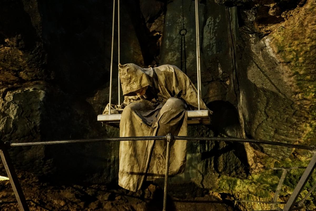 jaskyňa pod bojnickým zámkom a socha