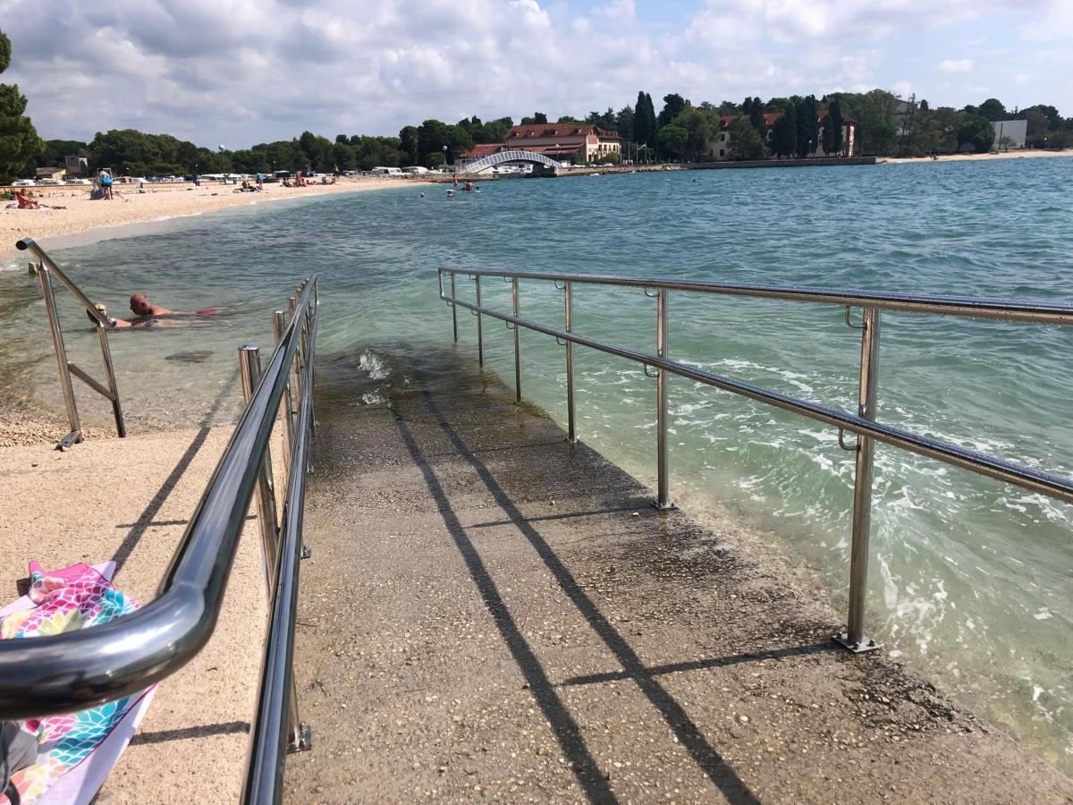 Bezbariérový vstup z pláže do mora v Chorvátsku