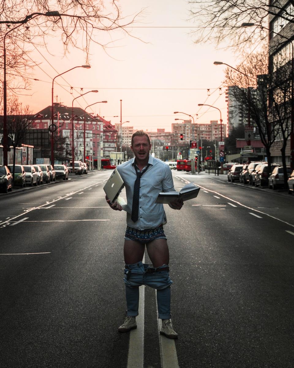 Travel bloger Milan Bez Mapy na Šancovej ulici so stiahnutými nohavicami