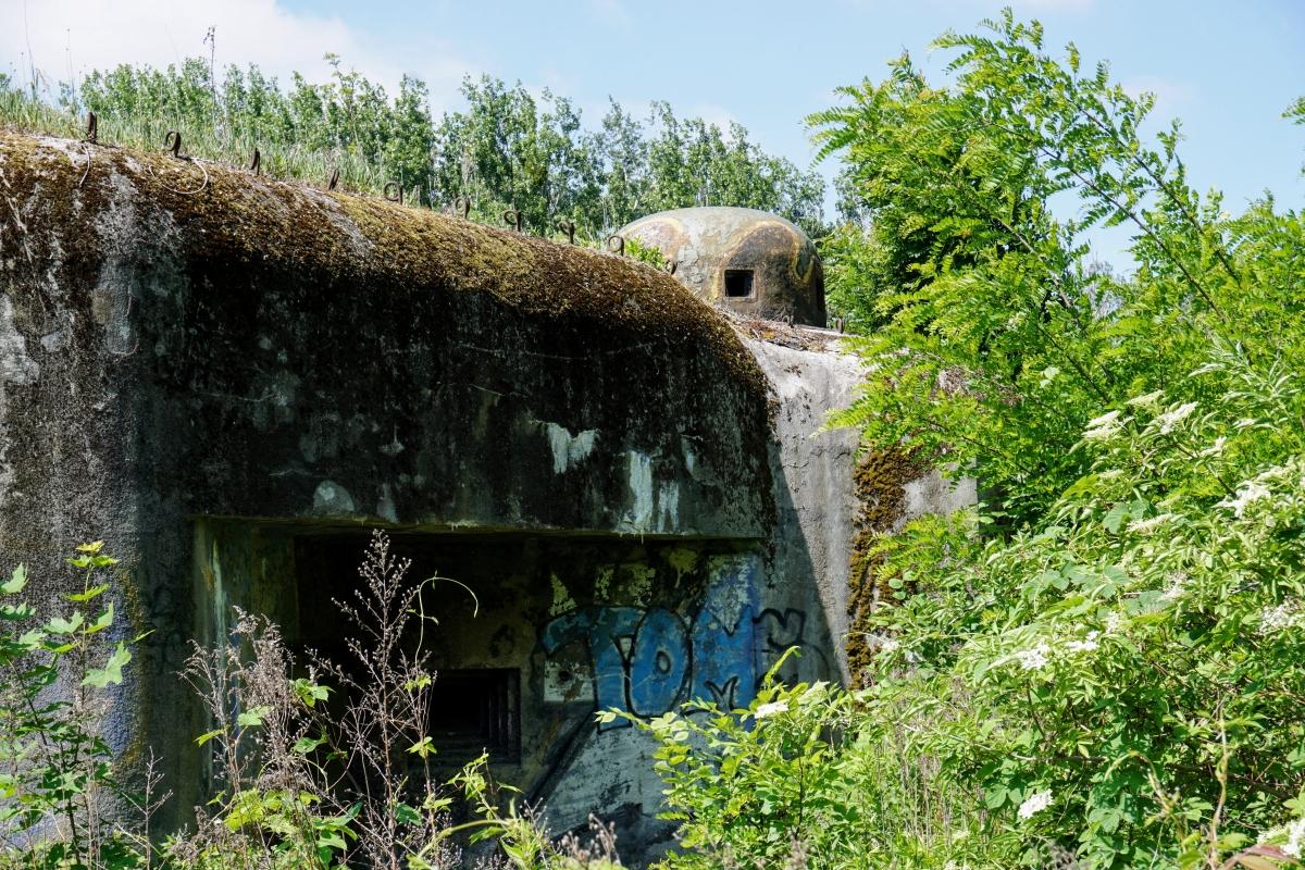 """Bunker B-S 1 """"Štěrkovište"""" a záber na pancierový kryt."""