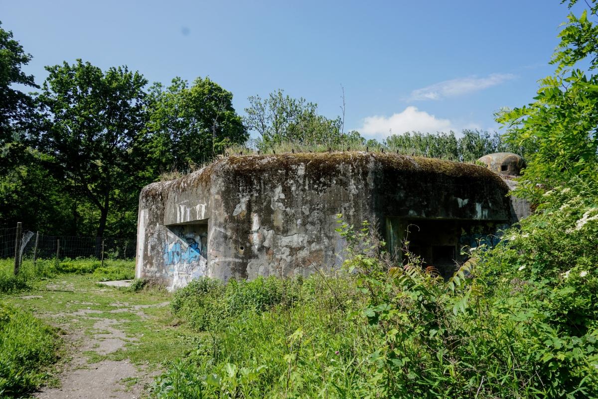 "Pohľad na bunker B-S-1 ""Štěrkovište"" z chodníka."