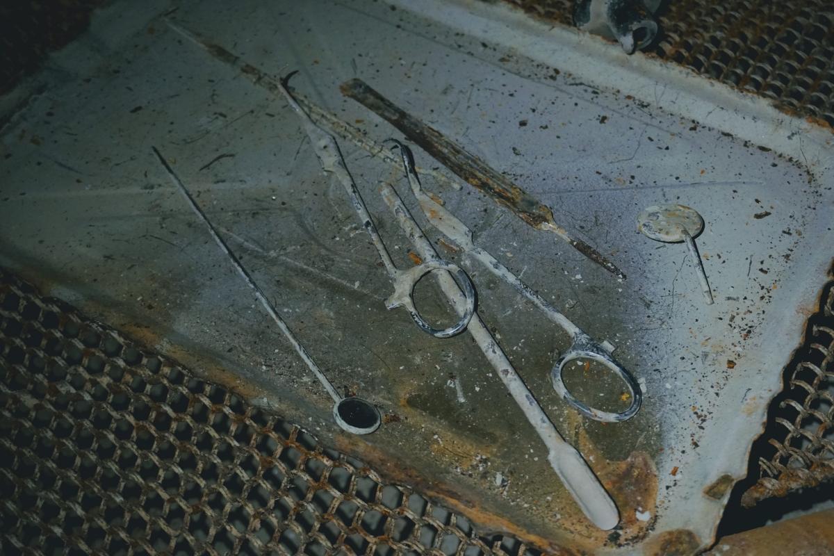 Pôvodné zachované zubárske náčinie v bunkri B-S 2 Mulda v Bratislave.
