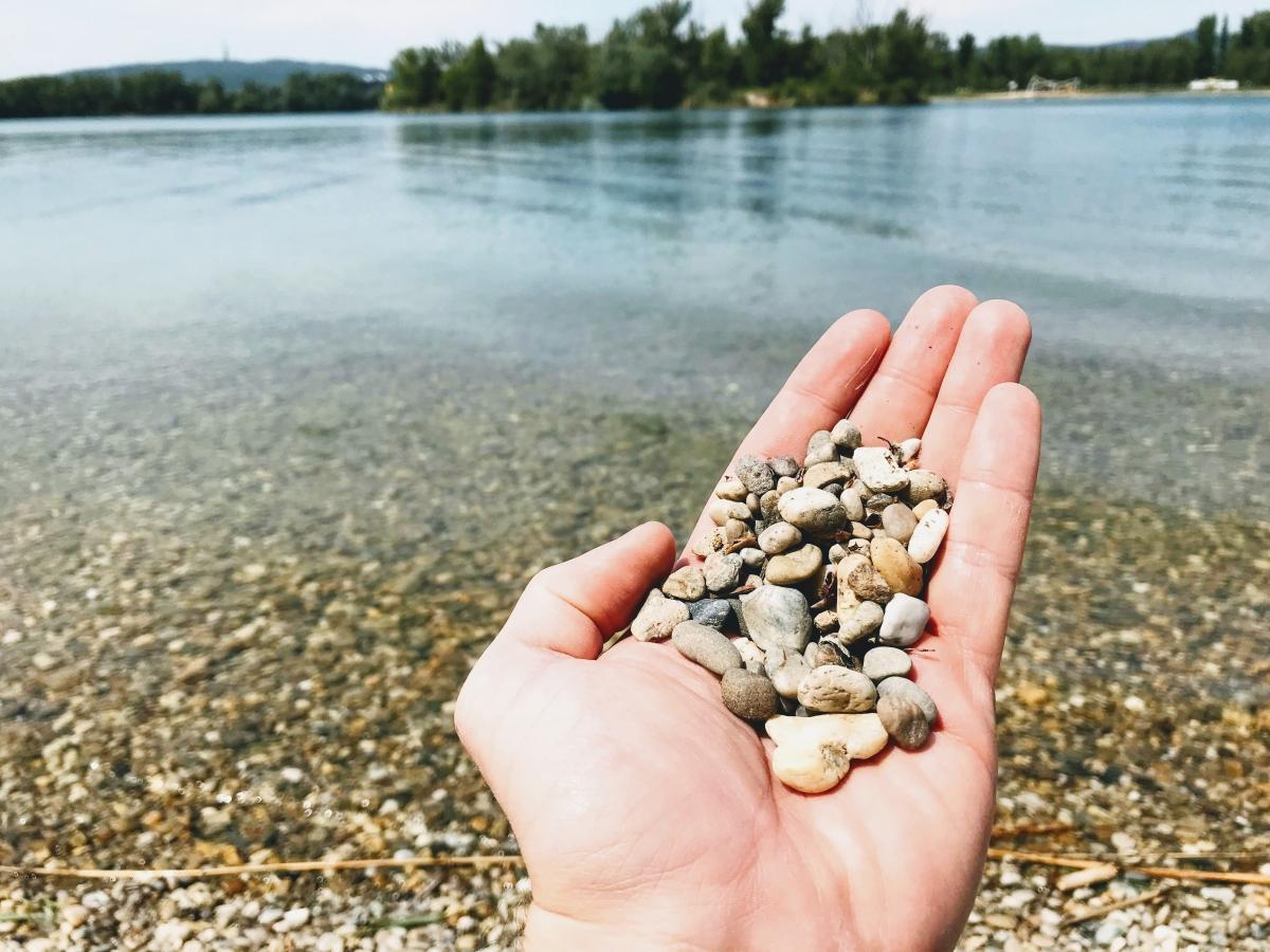 Kamenné a pieskové pláže na Zlatých Pieskoch, miesta na ležanie a vstup do vody