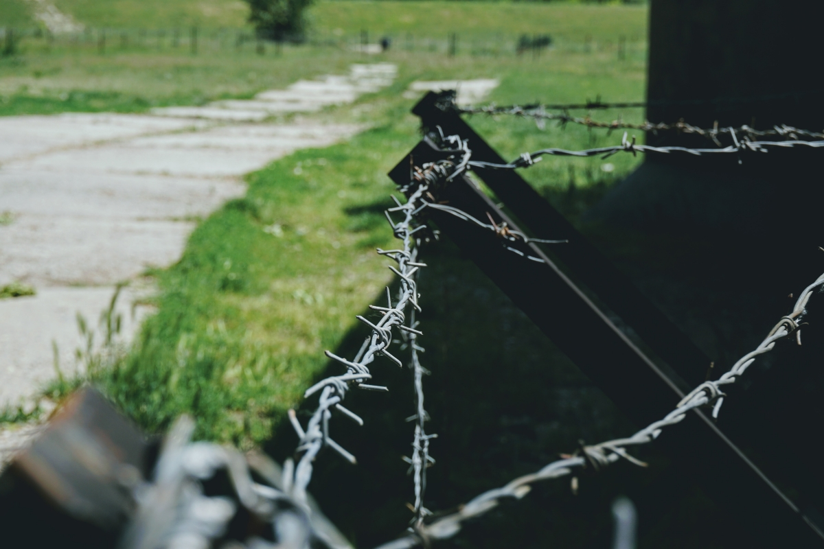 Ostnatný drôt podobný tomu na Železnej opone.