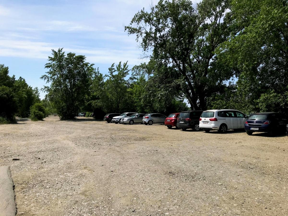 Parkovanie zadarmo pri jazere na Zlatých Pieskoch nudapláž
