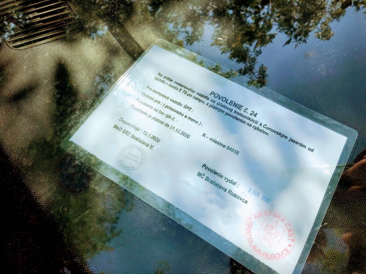 Povolenie číslo 24 dovoľuje parkovanie na príjazdovej ceste k Čunovským jazerám