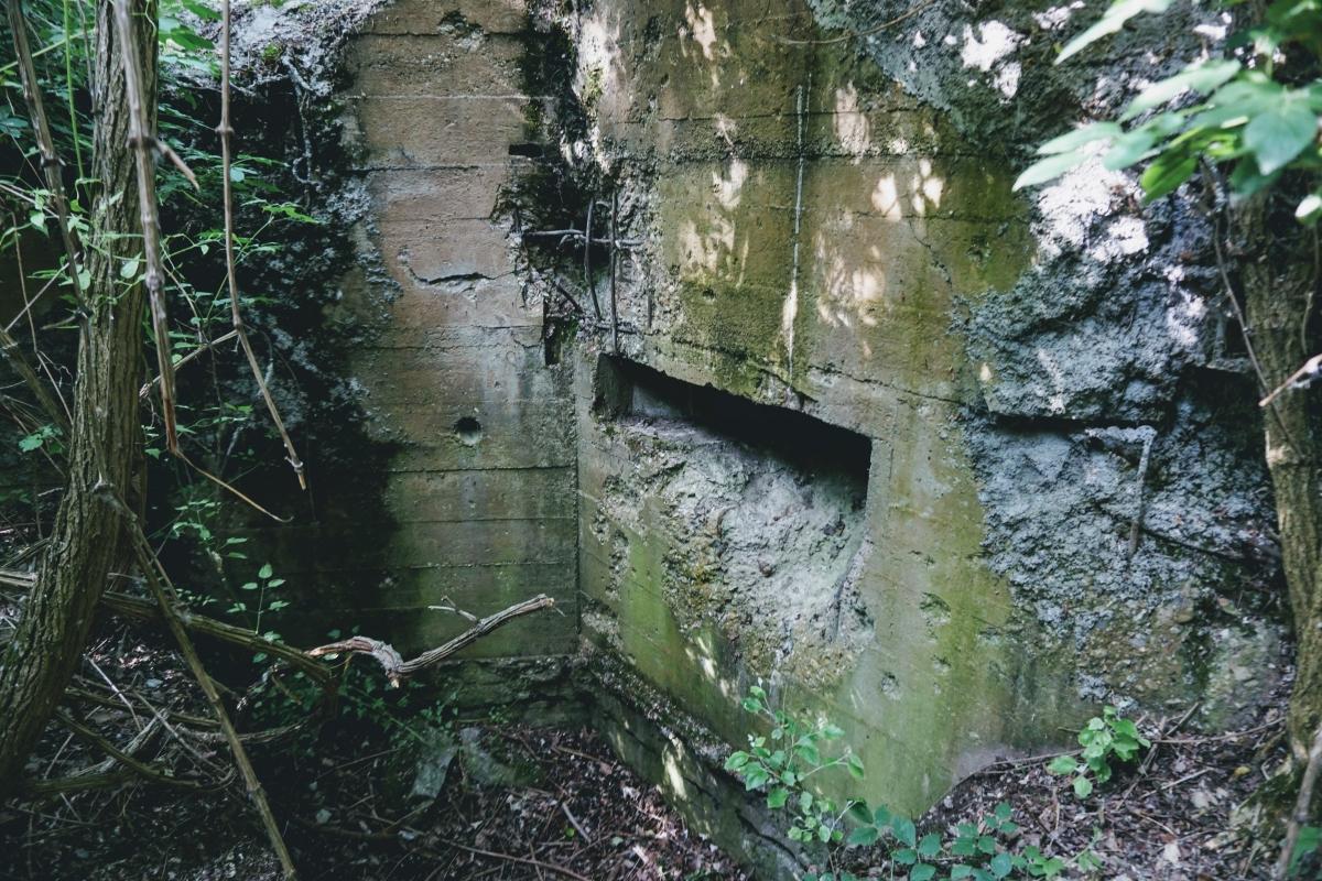 Betónový plášť bunkru B-S 14 je zrejme zničený z bombardovania
