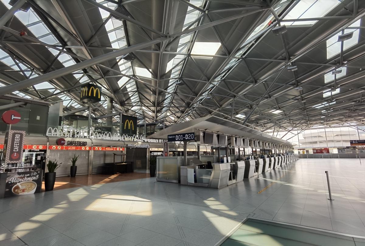 Prázdne letisko v Kolíne.