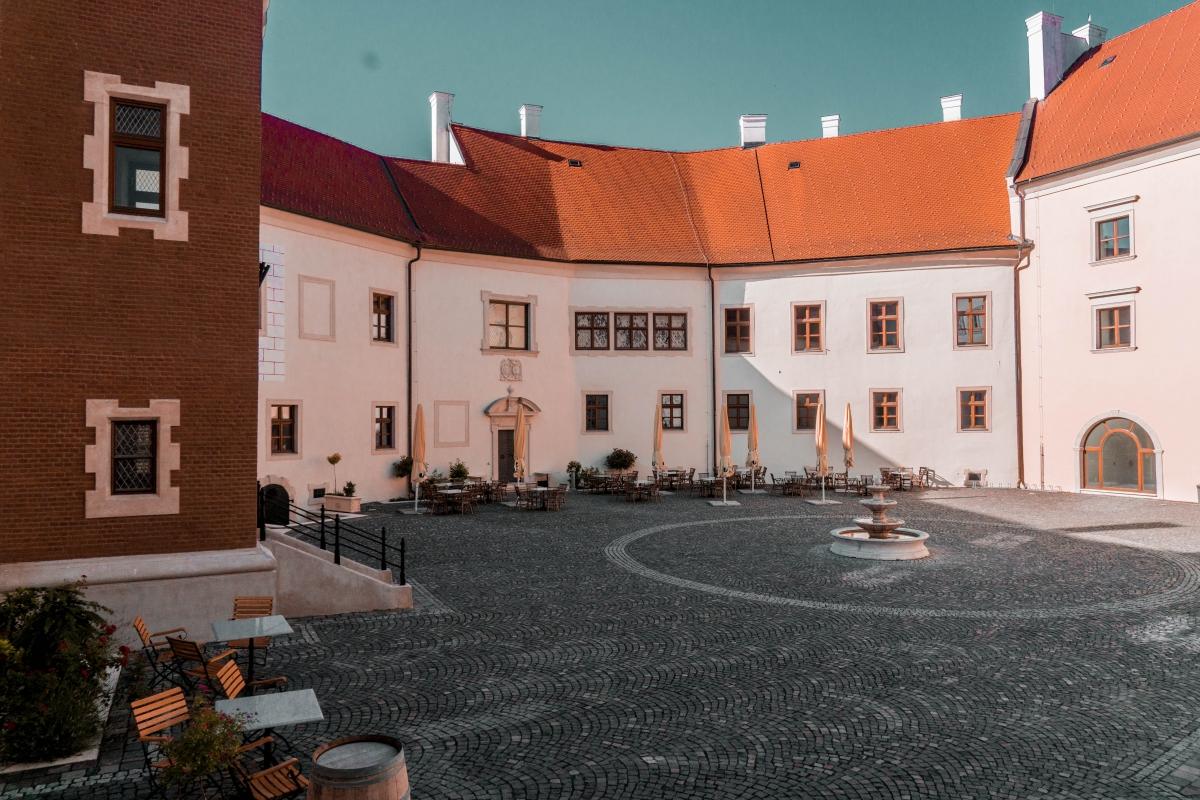 Nádvorie zámku v Pezinku.