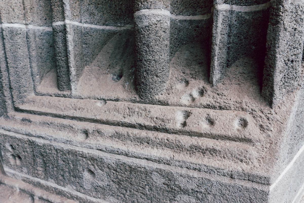 Priehlbiny od čarodejníc v kaplnke.