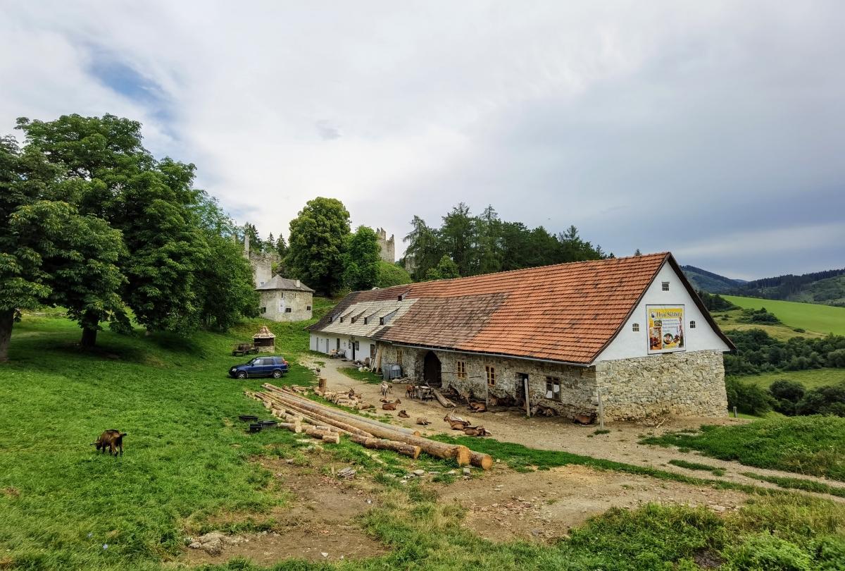 Vstup do hradu Sklabiňa
