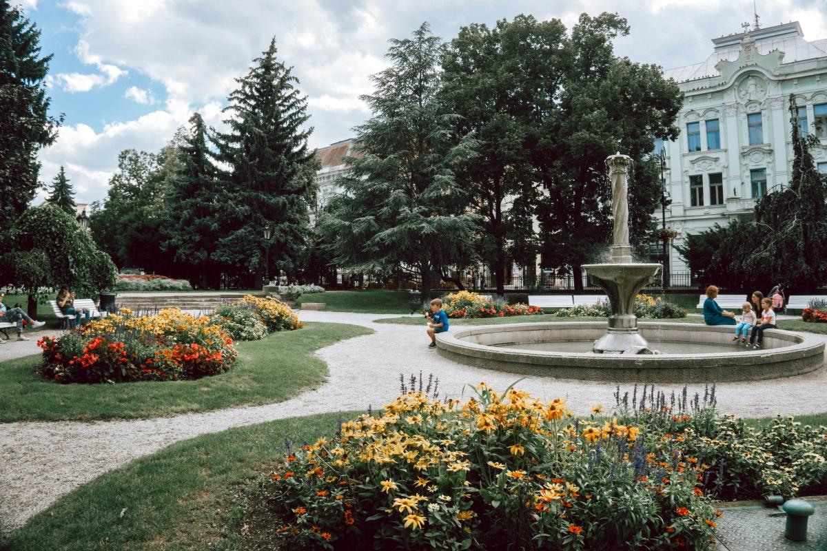 Park v Košiciach na námesti.