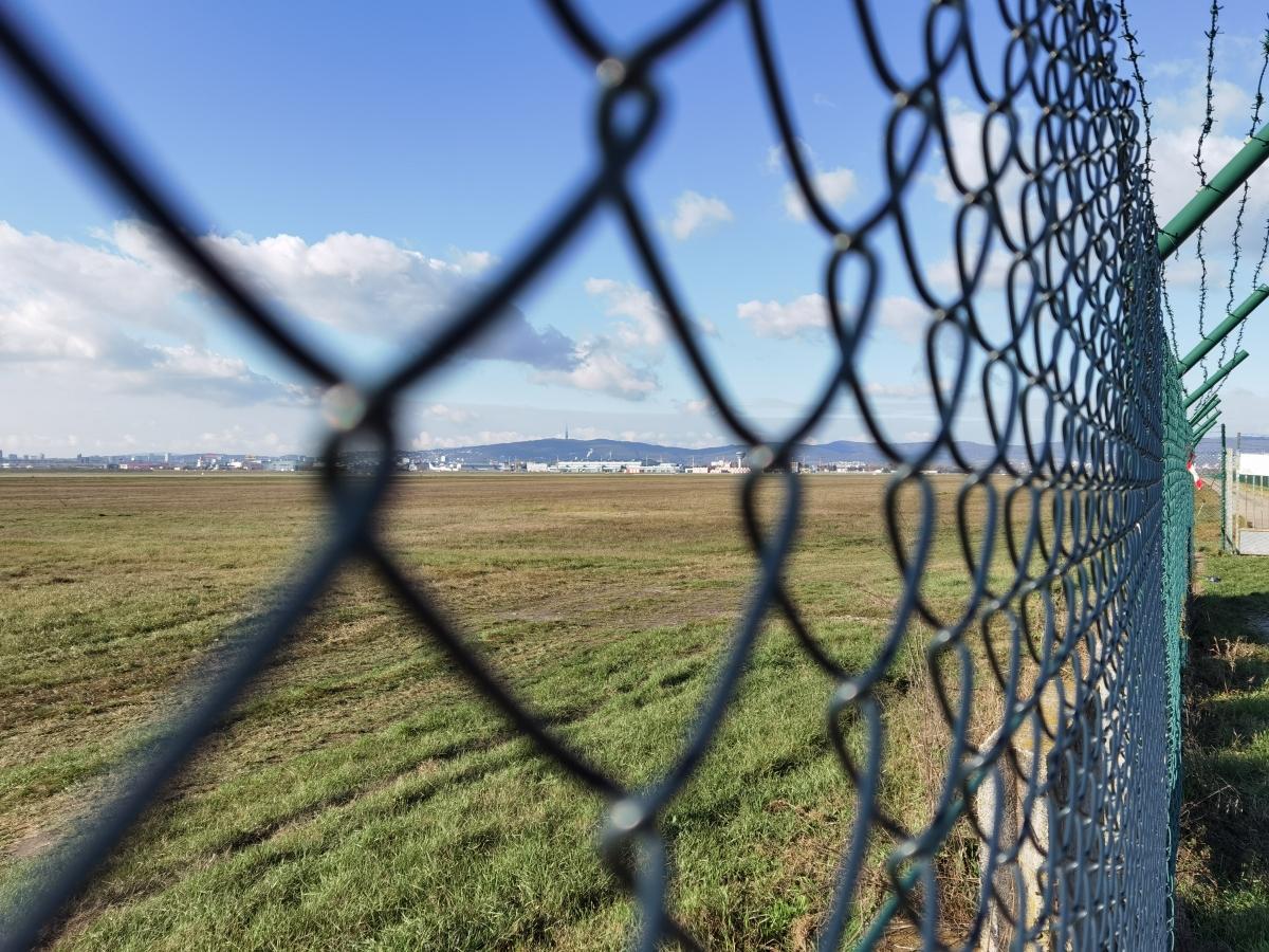 Miest na pozorovanie a fotenie príletov a odletov na letisku Bratislava pre planespotterov je niekoľko.