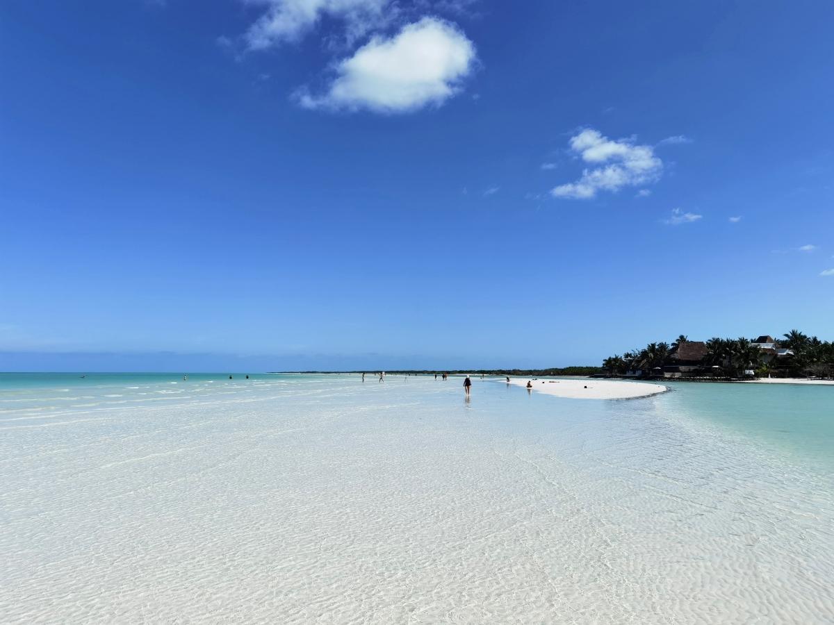 Pláže na Holboxe po ceste na Punta Mosquito.
