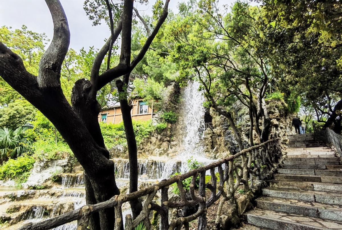 Umelá fontáva v parku v Janove