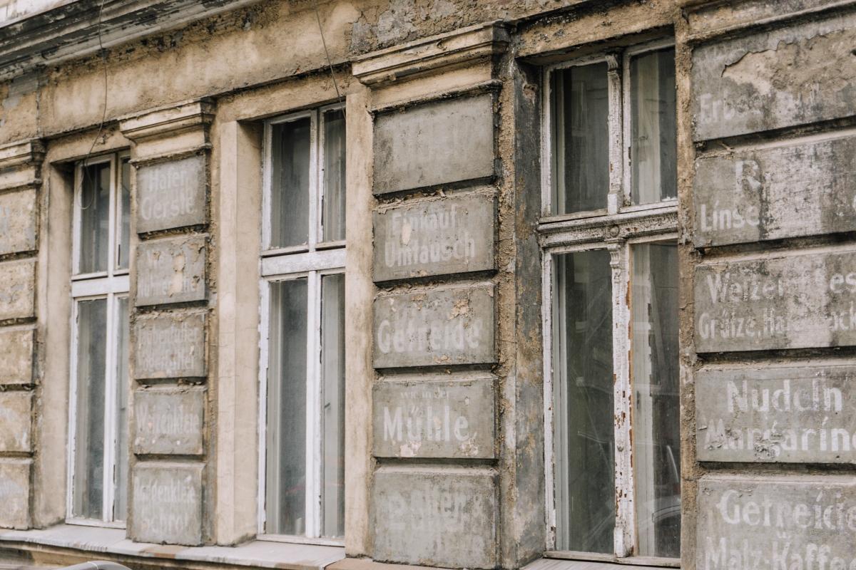 Nemecké nápisy na domoch vo Vroclave